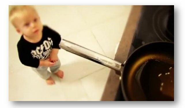 ребенок у плиты дома